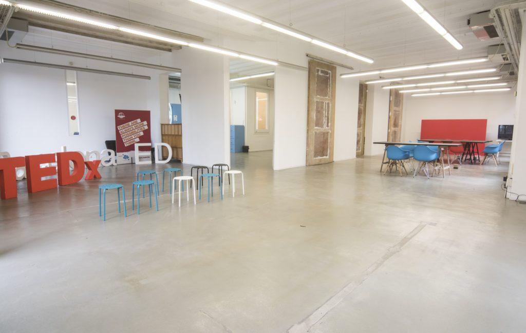 Alquiler de la Sala coworking Barcelona con 120 m2 de espacio para reuniones o pequeños encuentros en la Plaza Real.
