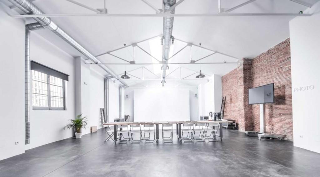 Espacio estudio con luz natural en alquiler, es perfecto para hacer producciones fotográficas y cinematográficas en Madrid.