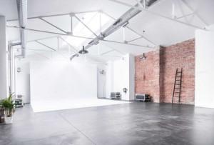 Espacio estudio con luz natural en alquiler, con parking privado y cocina perfecto para reuniones, conferencias, presentaciones, showrooms, ruedas de prensa y rodajes.