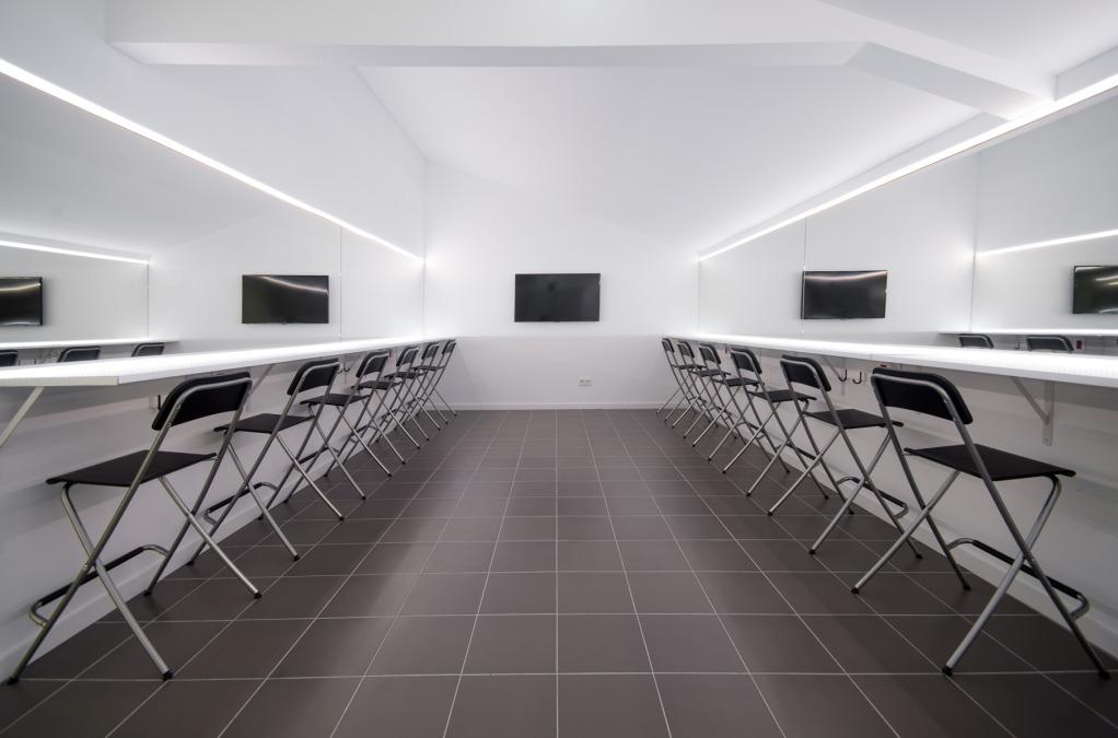 Alquiler de espacio con Gestión de fotografía, producciones interiores y exteriores en el estudio y con el equipo profesional más cualificado ideales ofrecer reuniones creativas