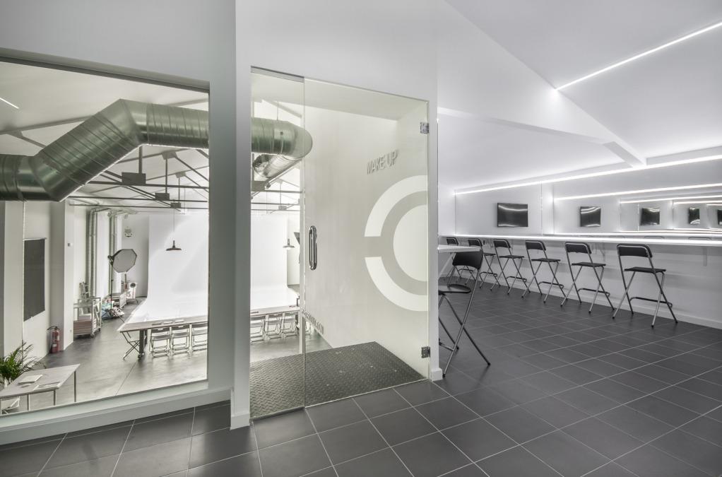 Sala de maquillaje dentro del espacio estudio con luz natural para ayudar con exposiciones, desfiles de moda, presentaciones de productos…