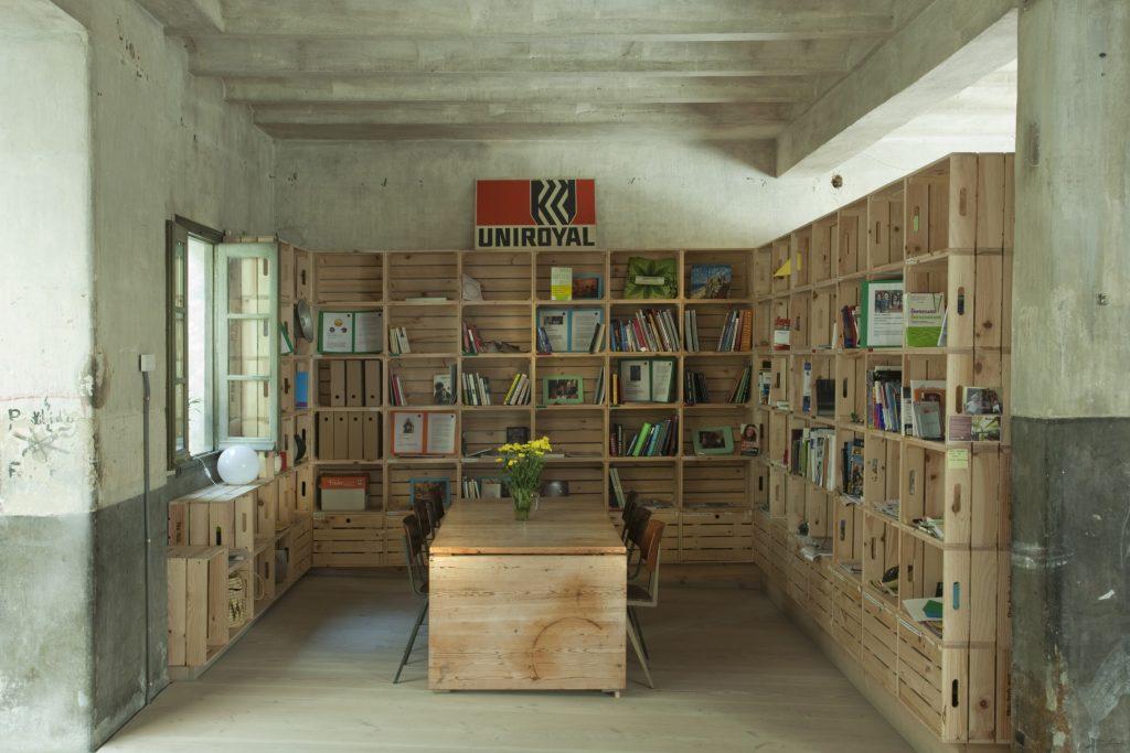 El alquiler de la sala Impacta de Madrid incluye mobilario como mesas multi-función, sillas, escenario, paredes-pizarra y un montón de cajas de madera para construir otros muebles.