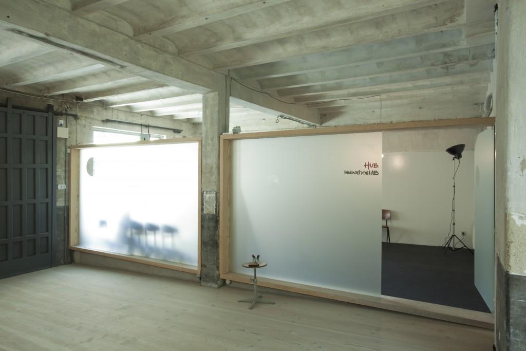 Alquiler de sala en Madrid con paredes de pizarra blanca poder apuntar todas nuestras ideas mejorando la creatividad.