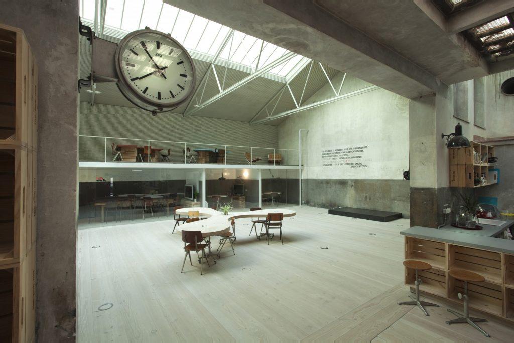 El Garaje Industrial está coronado por un lucernario que deja pasar la luz natural con una altura de 5 metros, ideal para eventos que necesitan grandes espacios.
