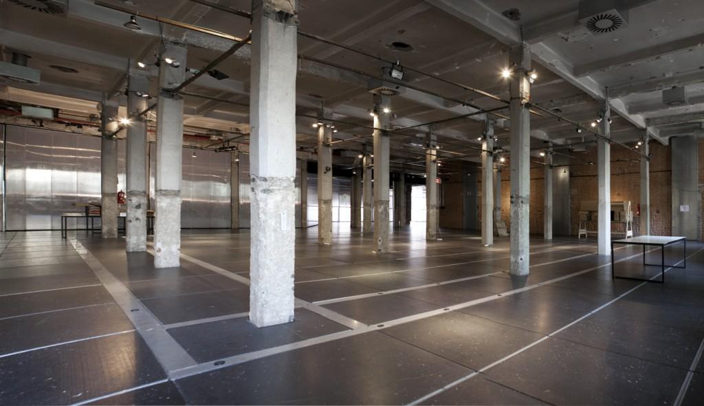 Sala de proporciones cuadradas con luz natural. Ideal para exposiciones, pasarelas, grandes eventos, fiestas y sesiones fotográficas