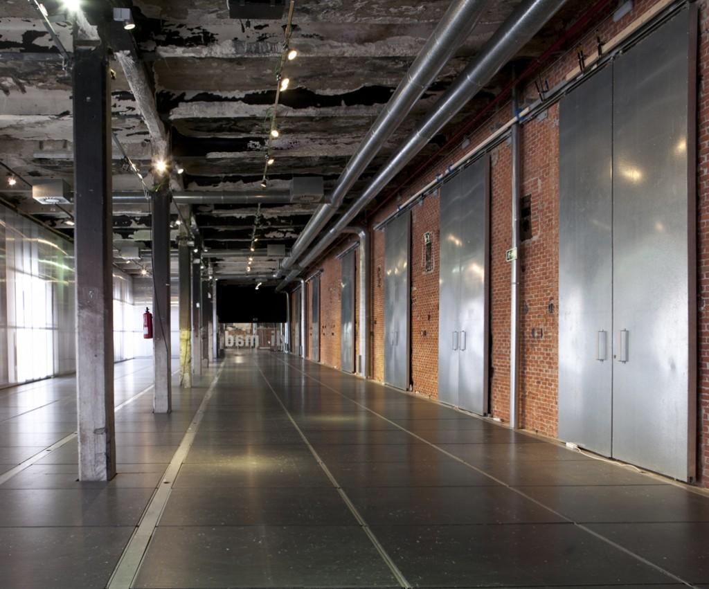 Esta sala intermedia es apta para el alquiler de exposiciones, stands, conferencias, presentaciones, sesiones fotográficas, etc.