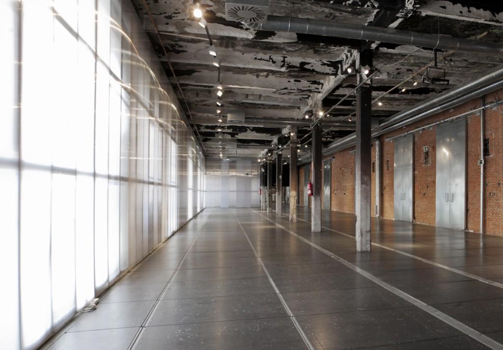 La sala El pasillo en Madrid cuenta con gran visibilidad y es ideal para exposiciones, stands, presentaciones, sesiones fotográficas y pasarelas de moda.