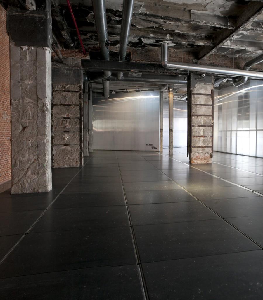 aislable del espacio expositivo o incorporable a él, mediante un sistema de grandes puertas giratorias. Por tanto puede acoger todo tipo de actividades