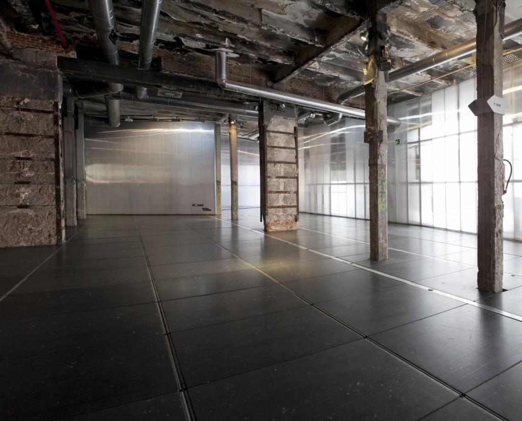 Sala Gran Nave industrial para alquilar en Madrid que cuenta con recursos audiovisual ideal para todo tipo de reuniones.