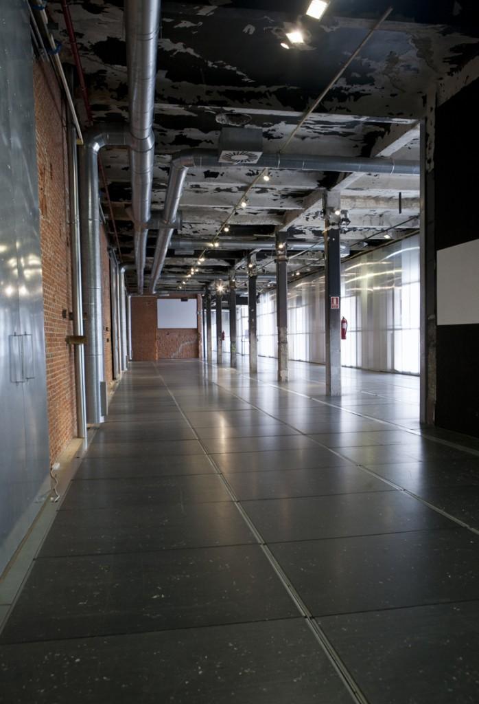 Sala Gran Nave industrial para alquilar en Madrid perfecta tanto para reuniones como para convenciones.