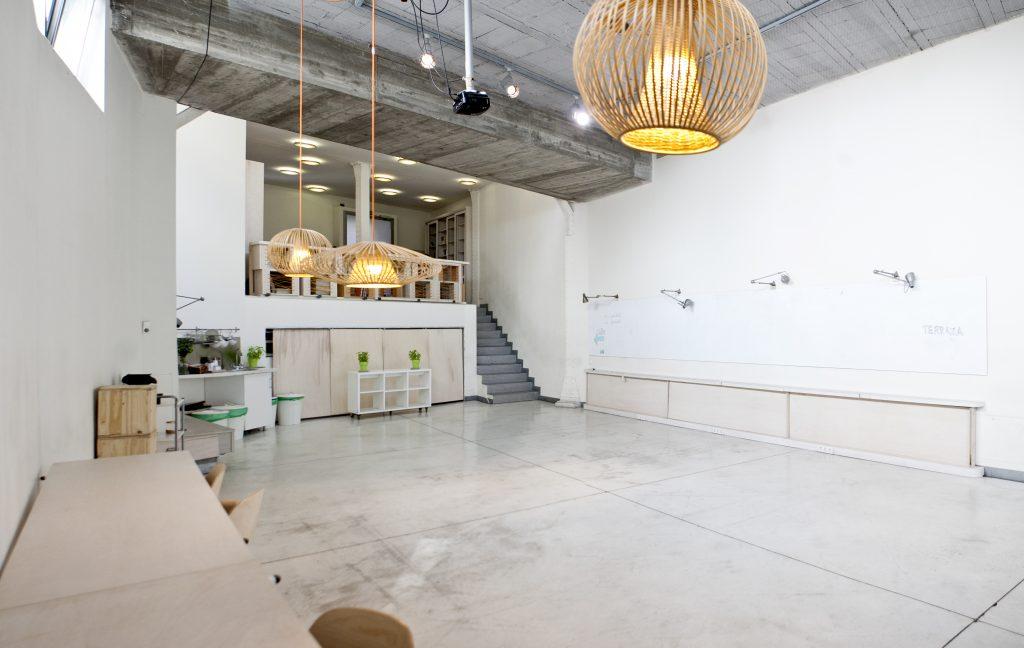 Alquiler de un espacio local y terraza privada que ofrece la posibilidad de celebrar reuniones o recibir a clientes en Madrid.