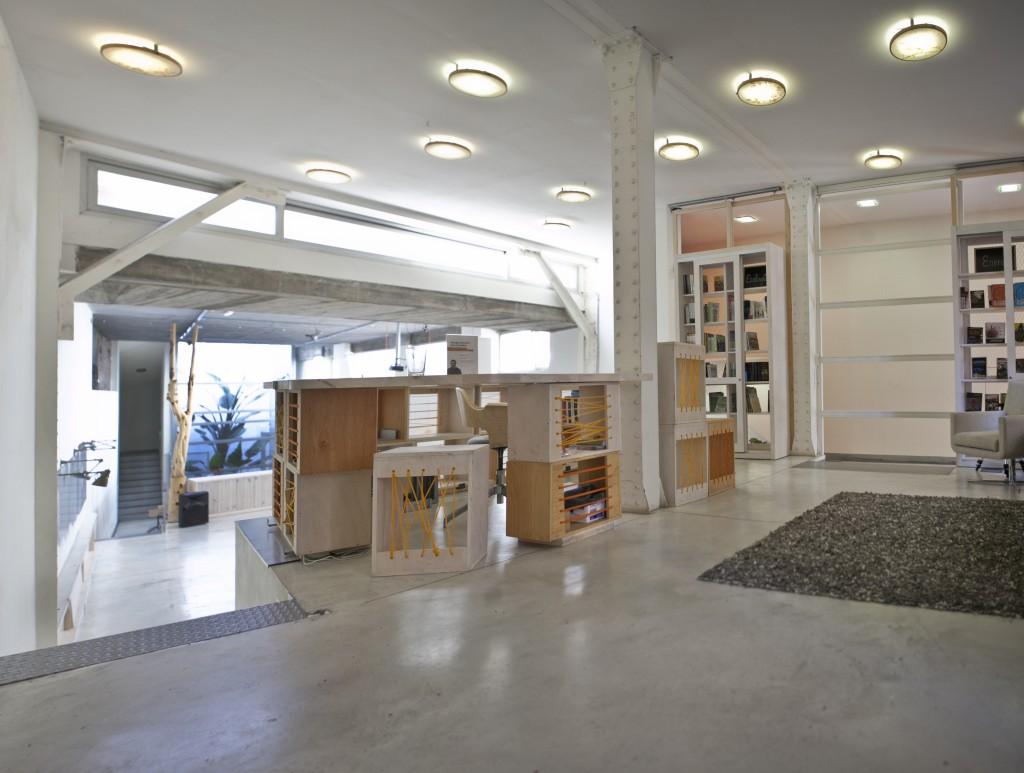 Alquiler sala libreria sirve de entrada y recepción, ofrece la posibilidad de adquirir las últimas novedades y referencias sobre energía, ecología y economía.