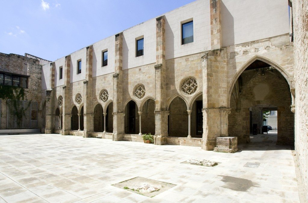 Entrada al espacio antiguo palacio en la muralla, el cual cuenta con una gran variedad de material audiovisual