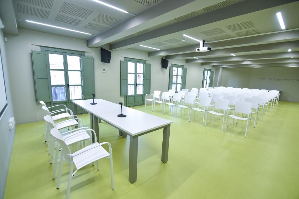 Espacio con forma rectangular para alquilar en Barcelona, la Sala Noble puede acoger diversos proyectos y actividades como conciertos, obras de teatro, conferencias, proyecciones, etc