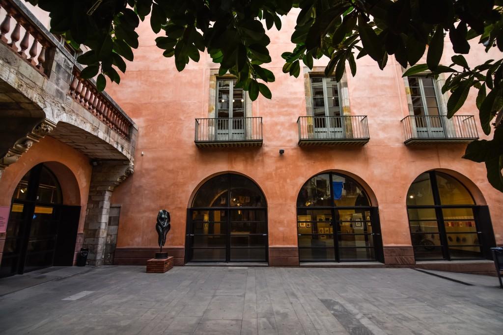 Alquilar el espacio para eventos Antiguo patio y edificio gótico es perfecto para reuniones, conferencias, showrooms, ruedas de prensa y presentaciones en Barcelona.