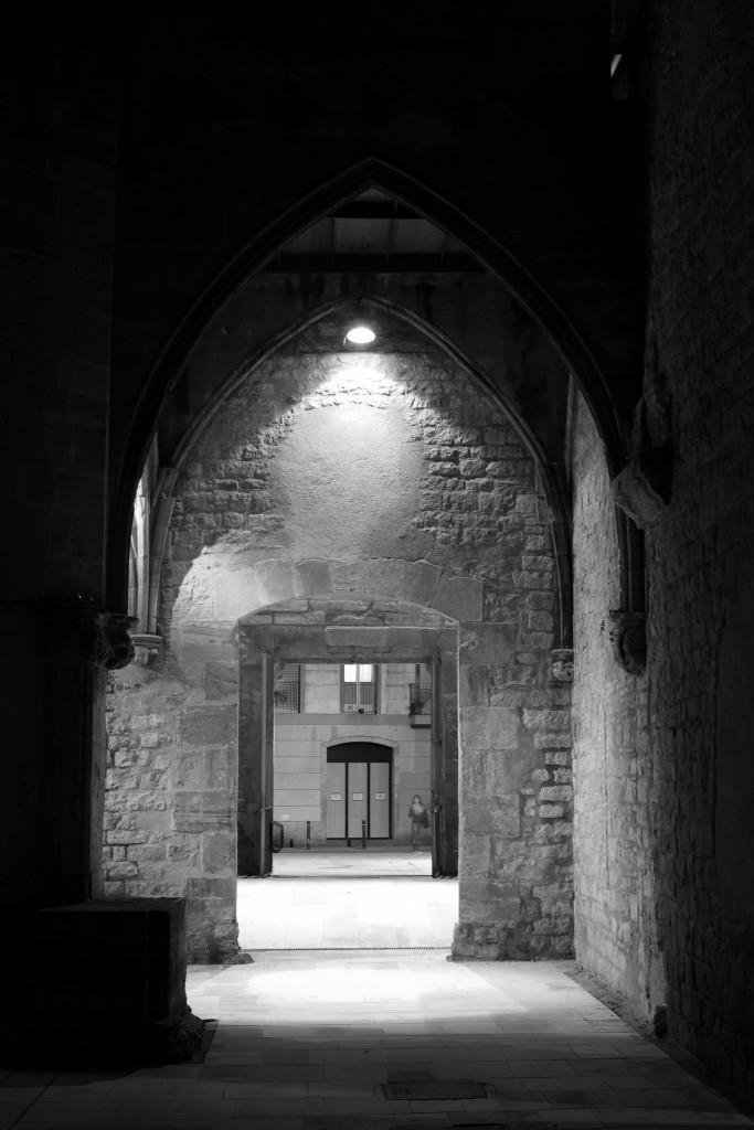 Antiguo patio y  edificio gótico