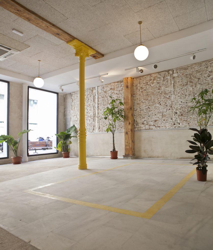 Alquiler de las salas de la primera planta que cuentan con luz natural y amplitud gracias a su lucenario ideales para reuniones