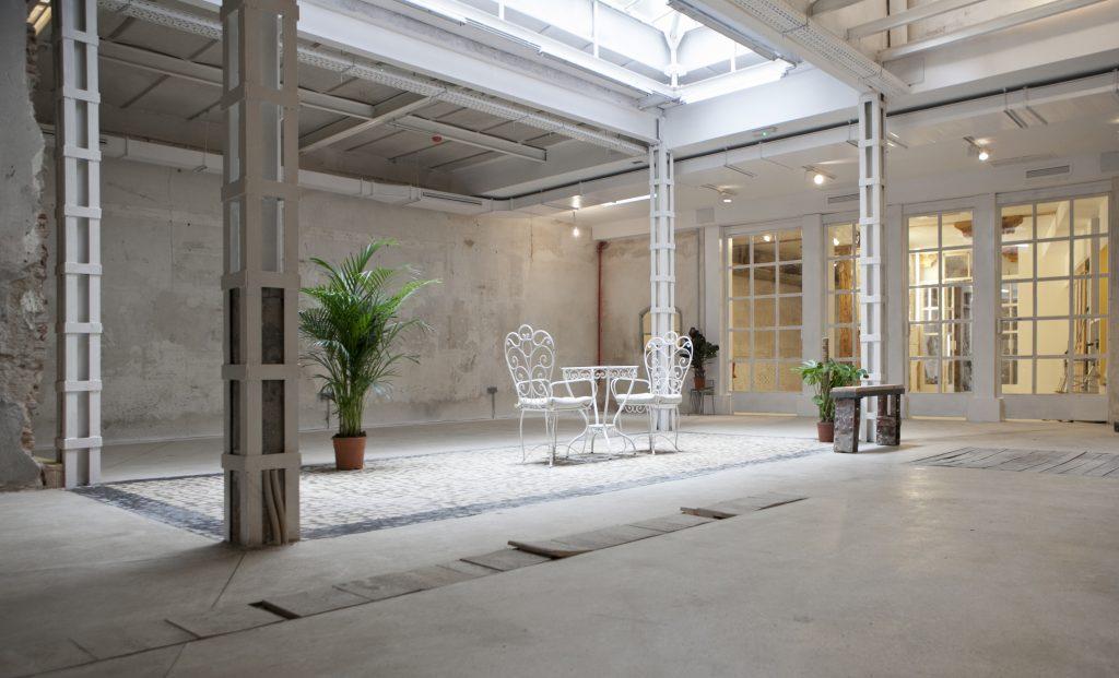 El espacio en alquiler consta de 300 m2 en planta baja y 80 m2 en primera planta