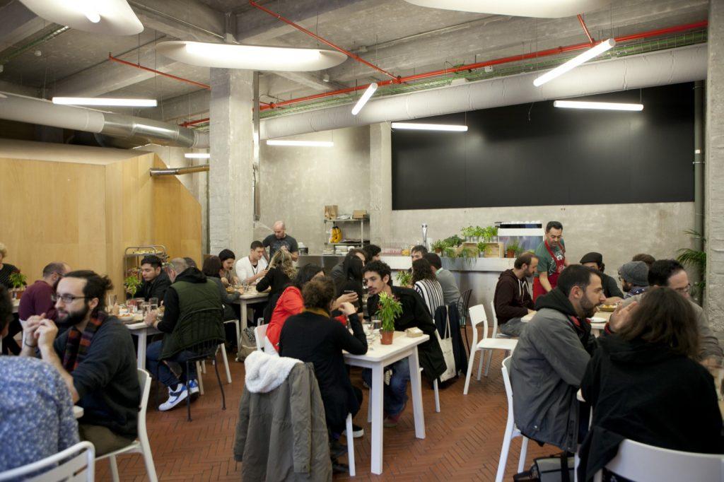 Espacio de restauración en Madrid donde se reúnen las personas que quieren decidir conscientemente la ingesta de alimentos sanos.