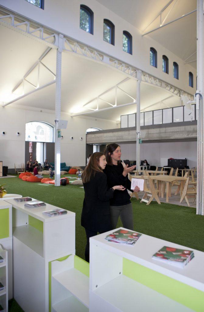 Sala del Espacio El Puente en Madrid, cuenta con grandes espacios para que puedas organizar tus actividades corretamente