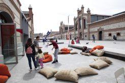 realiza su actividad en una nave diáfana de más de 400m2 en el complejo Matadero Madrid que se estructura como un taller