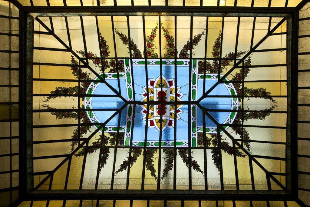 Cristalera de Diario Madrid para llenar el espacio con luz natural y destacando su funcionalidad.