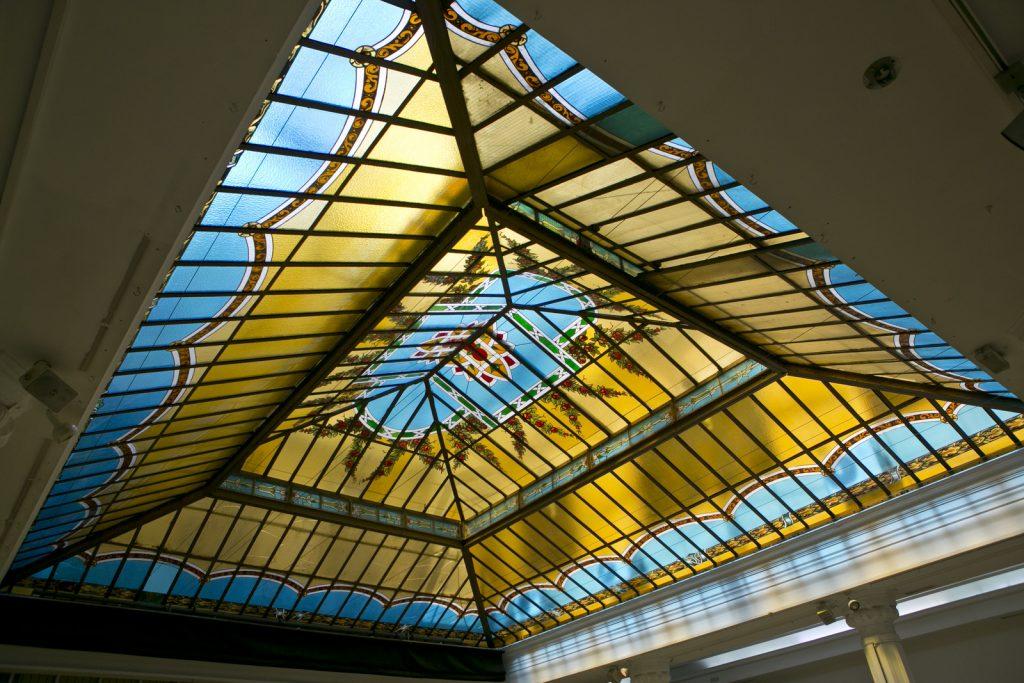 Alquiler del espacio Diario Madrid con su increíble cristalera que llenará la sala de luz natural dando elegancia a tus reuniones.