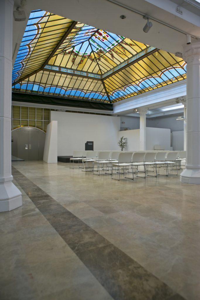 Sala Diario Madrid para alquilar que cuenta con recursos audiovisual ideal para todo tipo de reuniones.