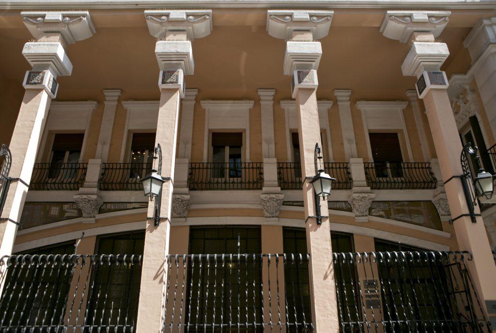 Entrada clásica e histórica de la sala Diario Madrid en la Calle Larra ideal para alquilar espacios para presentaciones de productos y reuniones.
