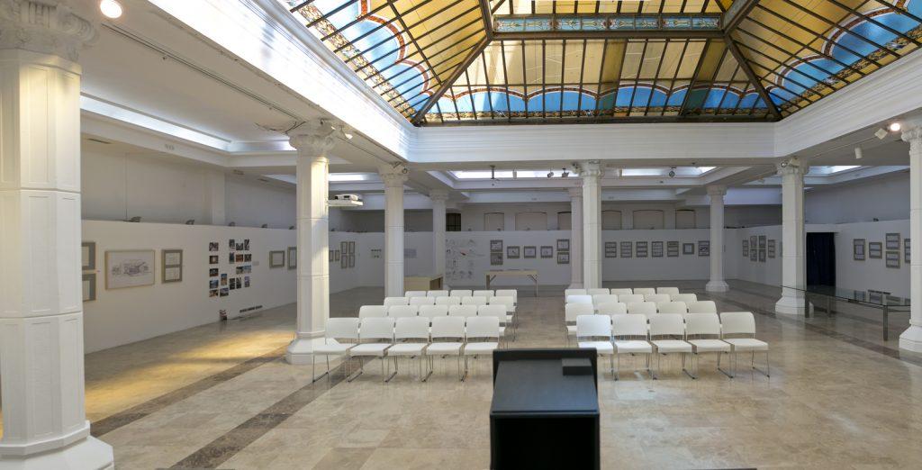 Sala para alquilar con tarima en la parte principal de la sala Diario Madrid para mostrar correctamente tu presentación.