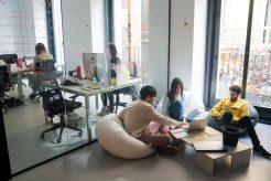 Sala de despacho para alquilar en el centro de Madrid, ideal para impulsar la creatividad y organizar sesiones de trabajo
