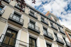 Entrada en la calle Huertas de Madrid, fachada de espacios para presentaciones de productos y reuniones