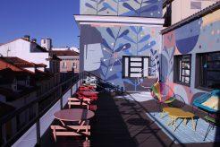 Alquiler de terraza LOOM Huertas en el centro de Madrid, ideal para organizar sesiones de trabajo con varios grupos.